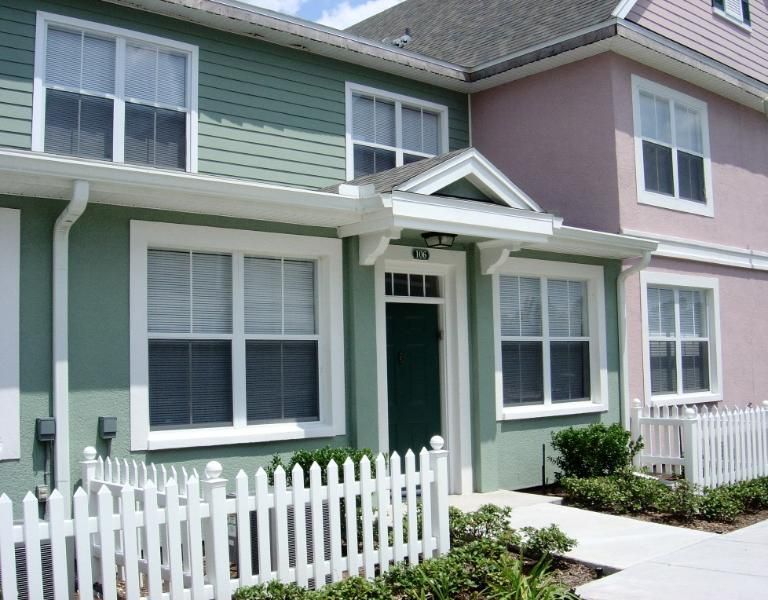 Charming Townhouse with Pool and Tennis Court in Gated Community, vacation rental in Kissimmee