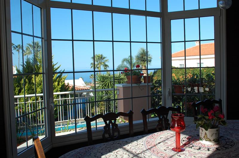 Over looking a spectacualr sea view, The dinning room is a comfortable size and fully equipped.