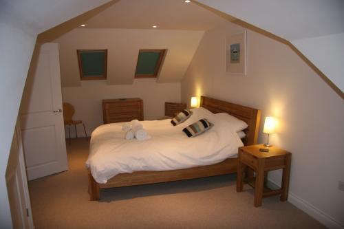 Al piano superiore camera da letto dimensioni super king con scrivania davanti alla finestra abbaino (non visto)
