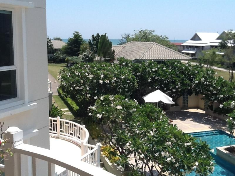 Bright,light sea-facing apartment at Baan Poo Lom, Hua Hin, Thailand, casa vacanza a Hua Hin