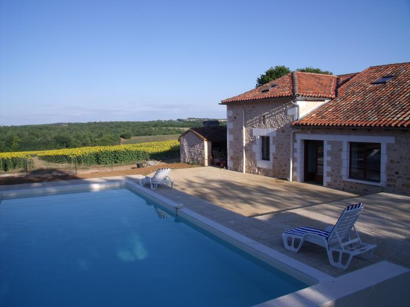 Le Breuil Large character barn with beautiful heated pool, holiday rental in Puyrenier