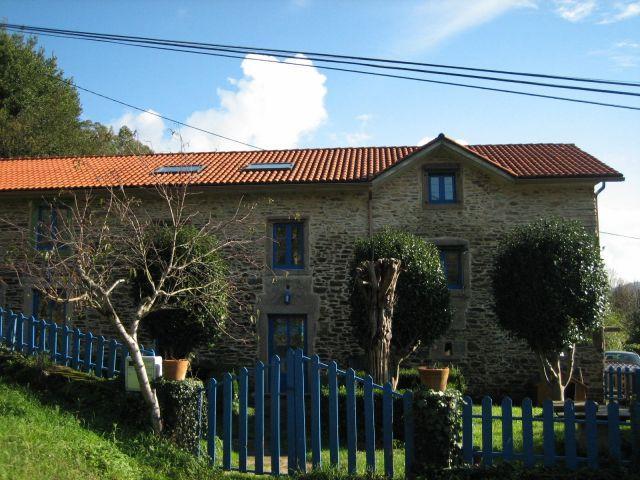 Apartamento independien en casa rural (dos dormitorios dobles + uno individual), holiday rental in Puentes de Garcia Rodriguez