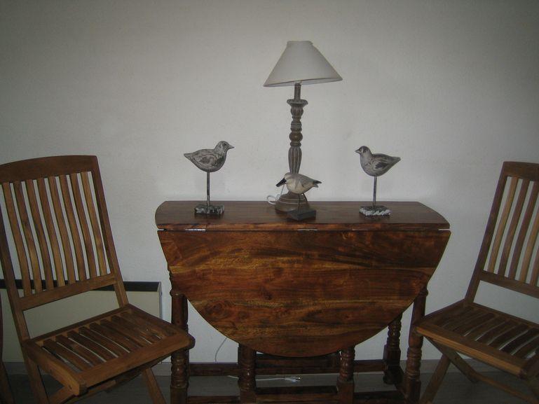 la table à deux abattants pour tenir moins de place dans la journée ,avec ses 4 chaises pliables