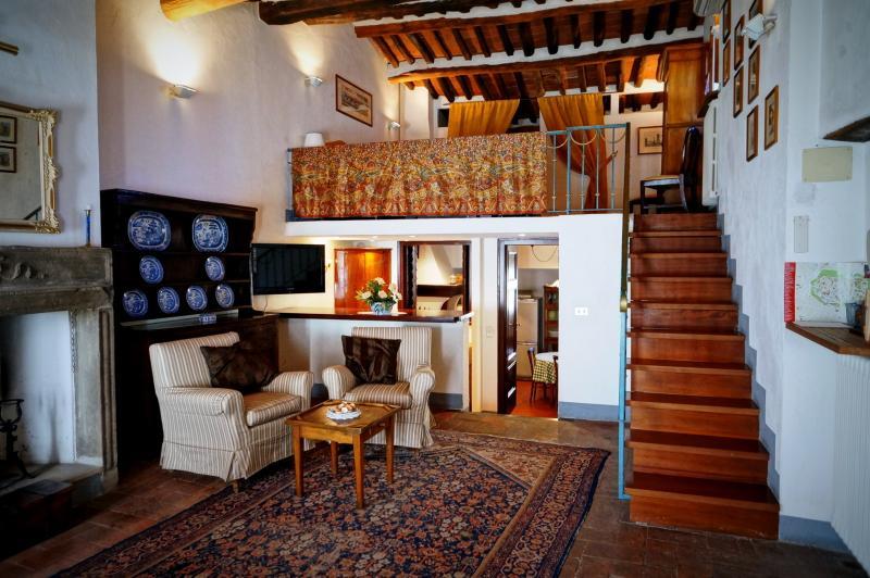 Salon avec chambre à coucher principale ci-dessus soppalco (loft)