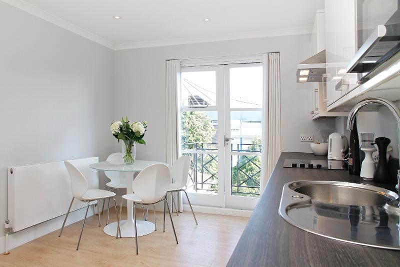 Central Location near West Brompton tube and Central London with parking, alquiler de vacaciones en Londres