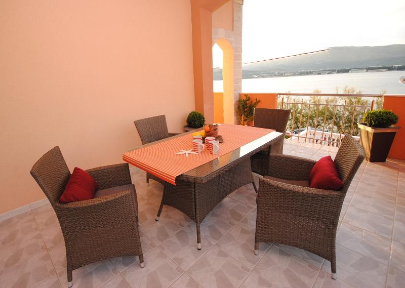 Seaview terrace with dining table for 4