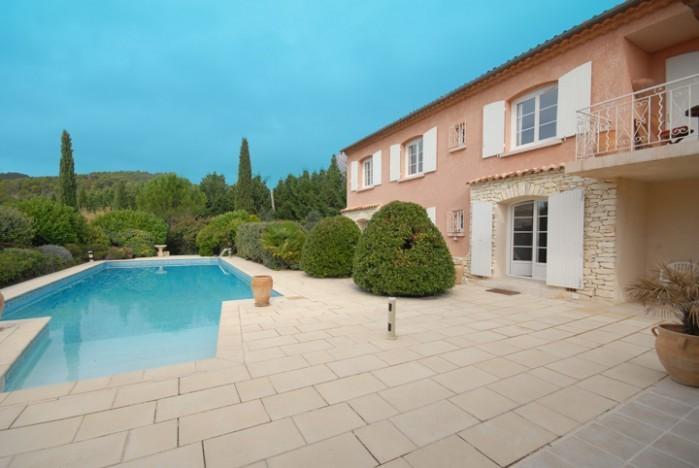 Villa e piscina, tomadas da cozinha de verão