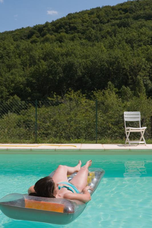 Refrigeración en la piscina en un día caluroso.