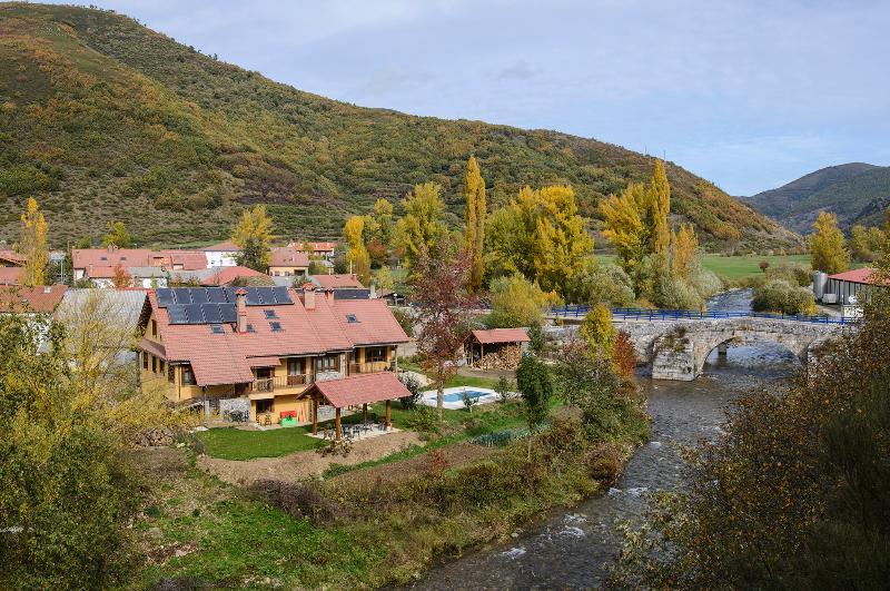 El Casar del Puente I y II 8 p, vacation rental in Vegacerneja