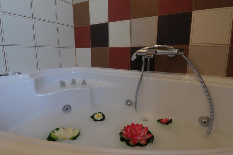 Villa Rosa bathroom-jacuzzi