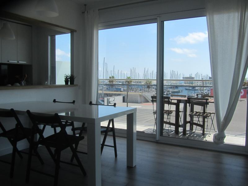 Vista del salón y terraza sobre el puerto.