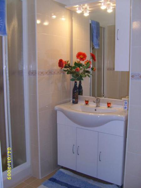 Spacious en suite bathroom to double bedroom