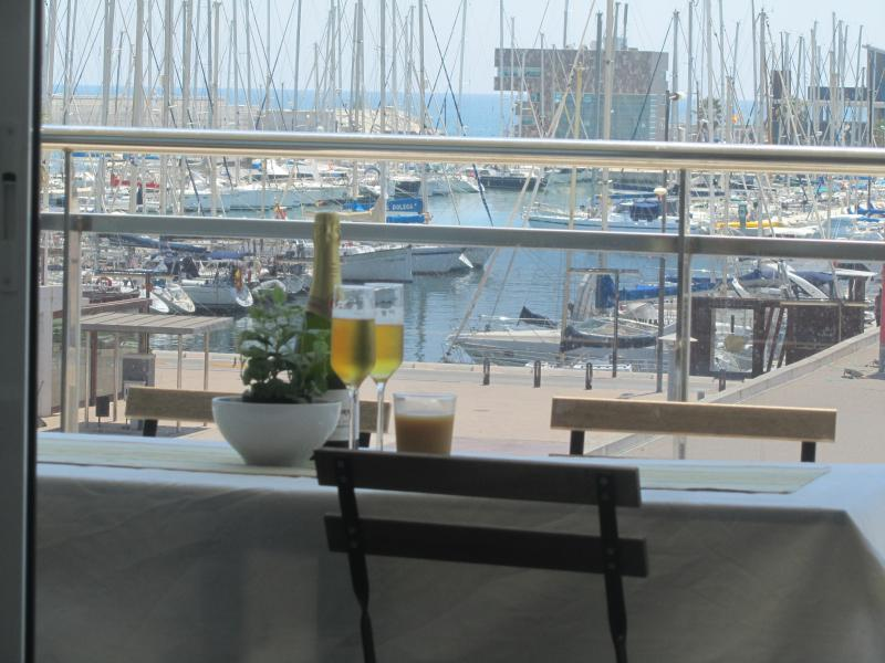 Magnífico apartamento en playa junto a Barcelona, location de vacances à Tiana