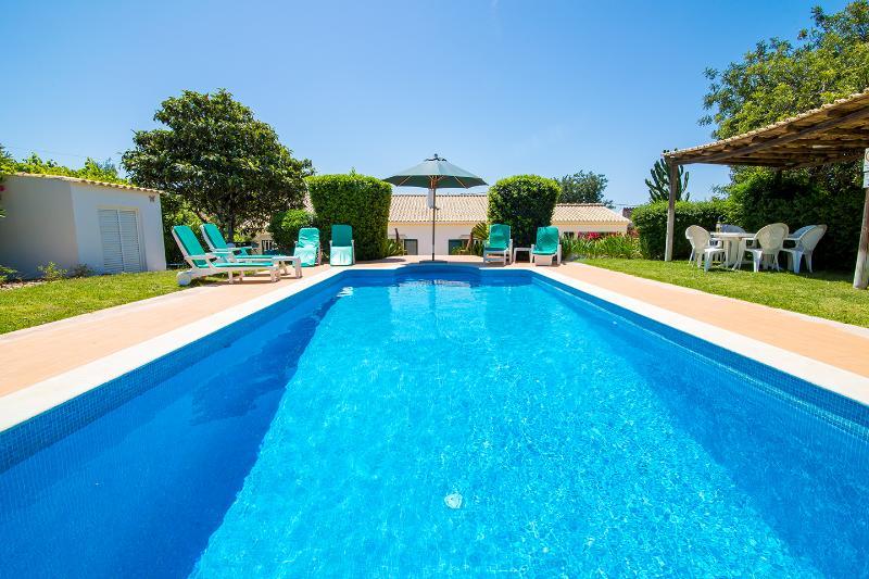 Dog friendly villa with pool and orchard, location de vacances à Sao Bras de Alportel