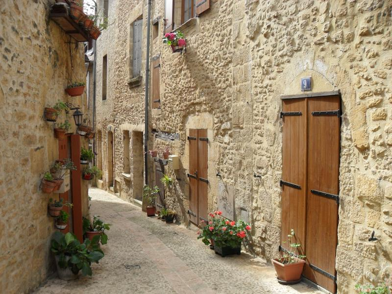 Short cut through the back streets of Sarlat to the town