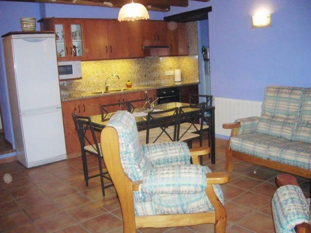 Cocina con microondas, horno, tostadora, batidora, exprimidor, lavadora, plancha, paella, cafetera