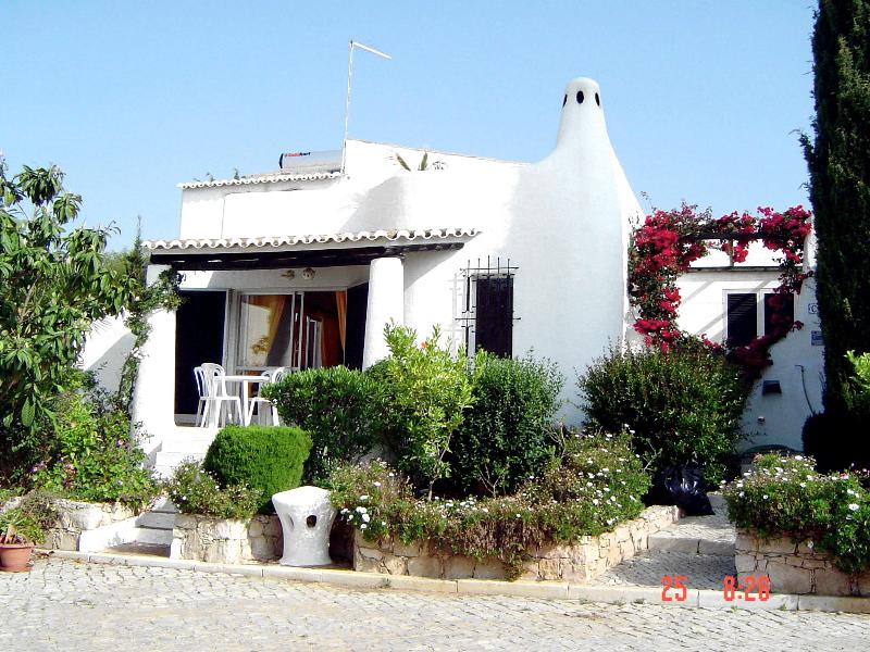 Luxury 3 bed/2 bath villa  central Carvoeiro Pools Roof Terrace Wifi 5*  REVIEWS, vakantiewoning in Carvoeiro