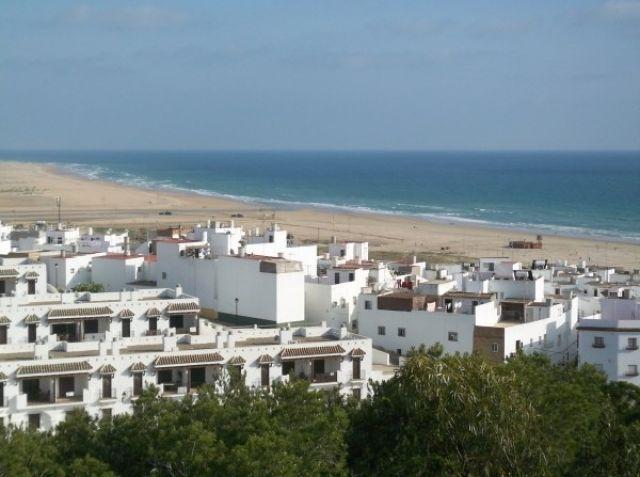 Conil, historische stad met het strand van Los Bateles en de zee daarbuiten.