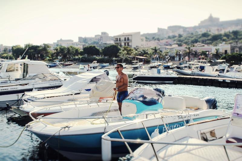Bateaux spéciaux à la fin d'une journée unique de mer dans le port de Milazzo