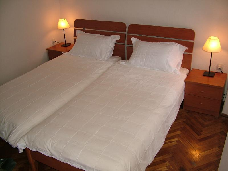 Front bedroom (twin beds)