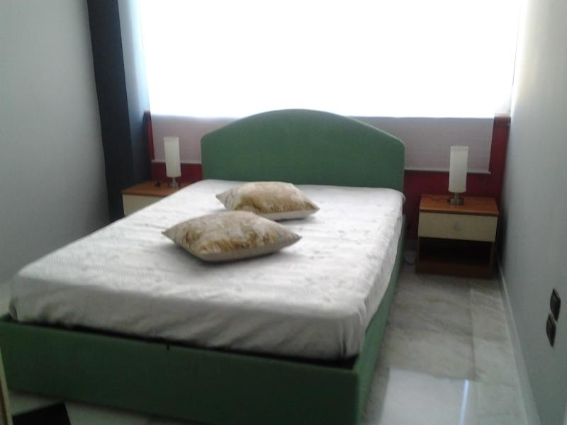 camera da letto matrimoniale moderna e confortevole con cassettone incorportato