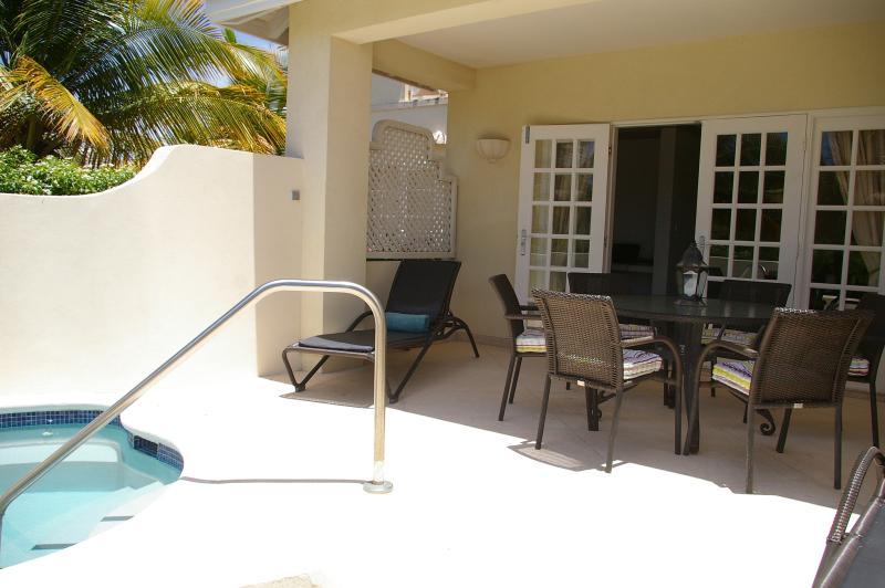 Geniet van de patio - eten... relax... afkoelen in het zwembad
