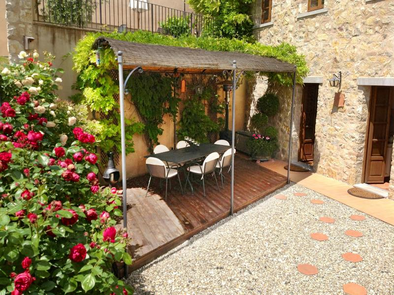 LUXURY APARTMENT WITH PRIVATE GARDEN & VIEWS, holiday rental in Gaiole in Chianti