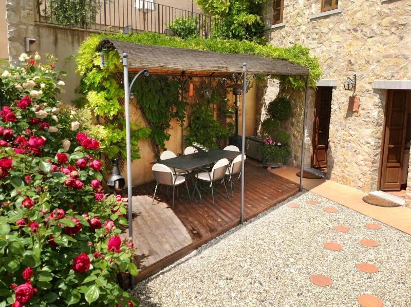 LUXURY APARTMENT WITH PRIVATE GARDEN & VIEWS, alquiler de vacaciones en Gaiole in Chianti