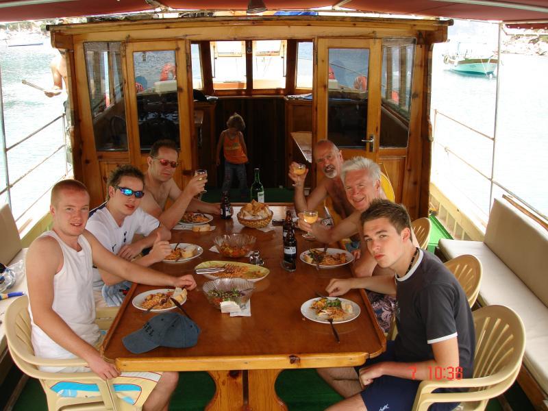 Otro gran día en Capitán Husein cinco Bahía en barco