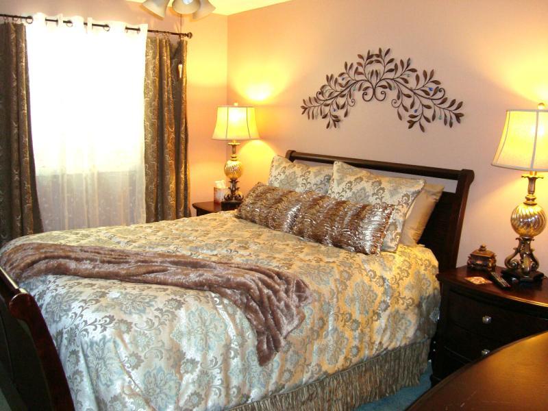 Elegante baño dormitorio Master reina de w/adjunta; Colchón de felpa ultra & sábanas/HDTV/DVD & películas