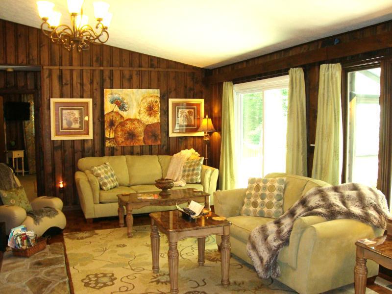 Living comedor con techo de Catedral, cómodos sofás (1 es la reina durmiente), puertas para patio comedor