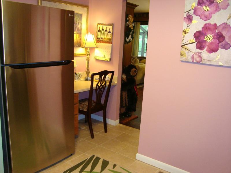 Refrigerador de acero inoxidable LG, escritorio, puerta se abre a las áreas de comedor & sala de estar