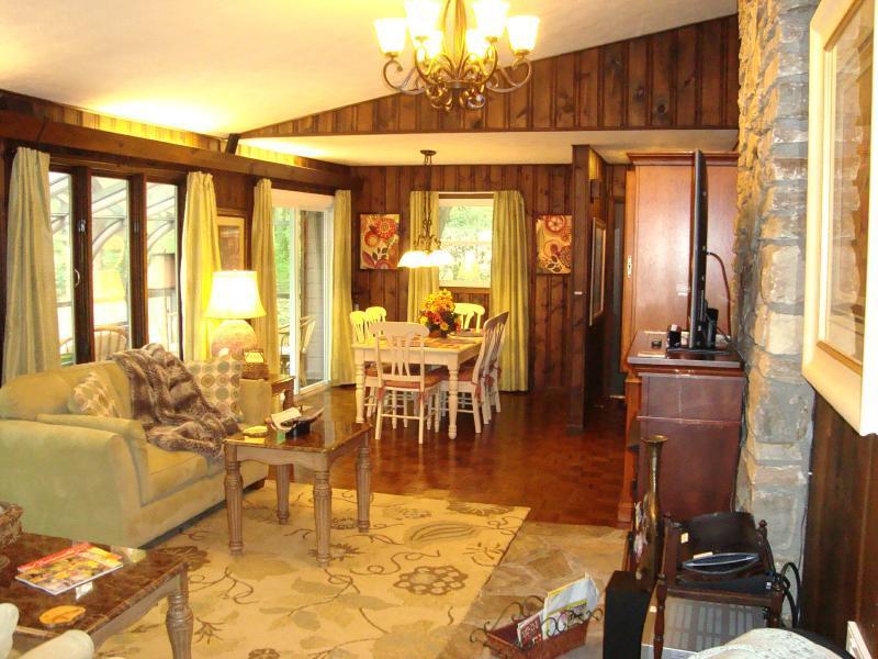 Abra concepto sala mirando hacia la zona de comedor y puerta de entrada.