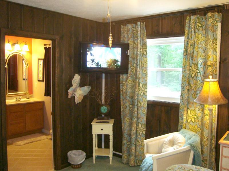 King Master Bedroom HDTV con reproductor de DVD incorporado; Windows Mira hacia atrás el área del bosque