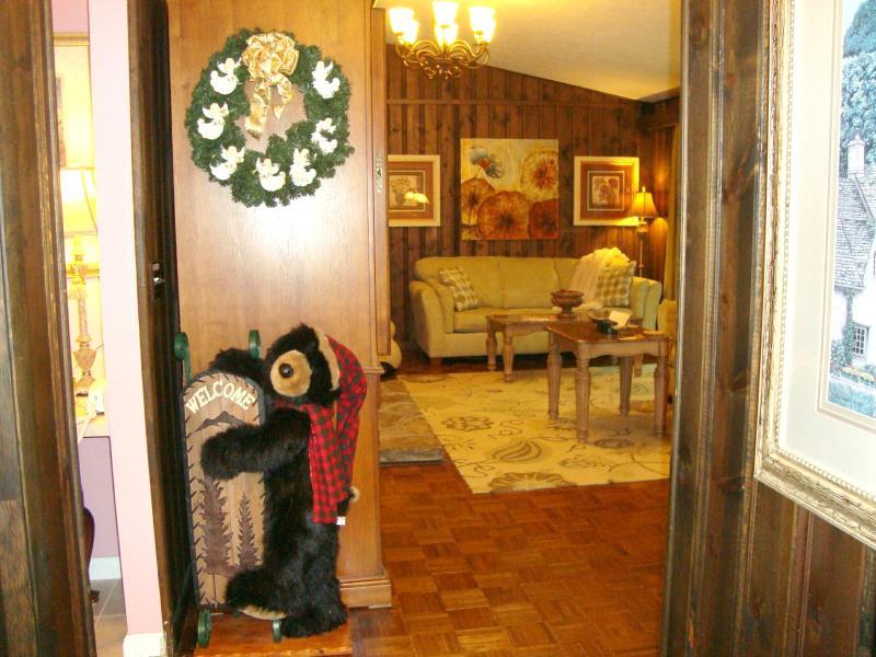El 'oso Bienvenido' le da la bienvenida a la entrada de la puerta.