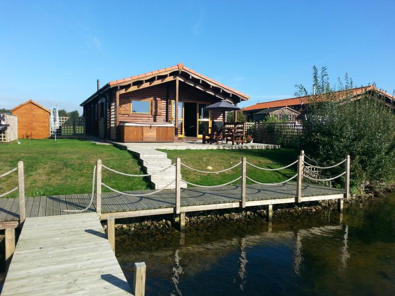 Tattershall Lakes Country Park, Log Cabin, 5 Misty Bay, Tattershall, vacation rental in Tattershall