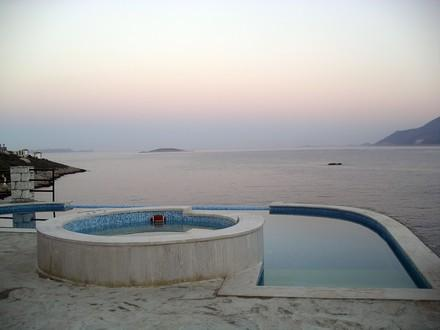 Swimmingpool and jacuzzi - evening