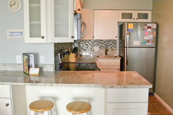 Nueva cocina con piso de baldosas.