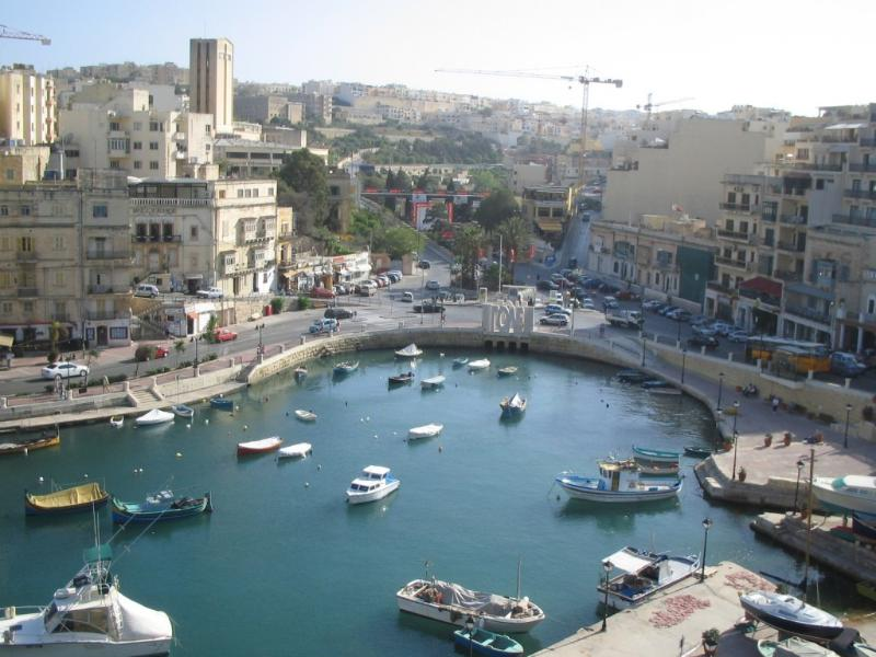 Spinola Bay - A place for all, 2 minutes walk away