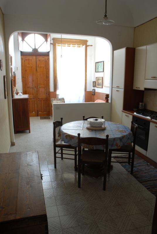 Kitchen and entrance - Cucina ed ingresso salotto