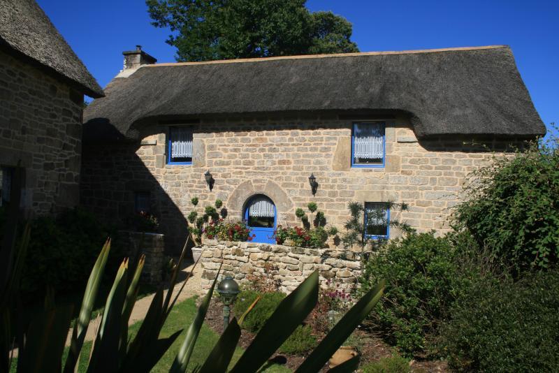 La Grange, spacious 3 bedroomed thatched cottage