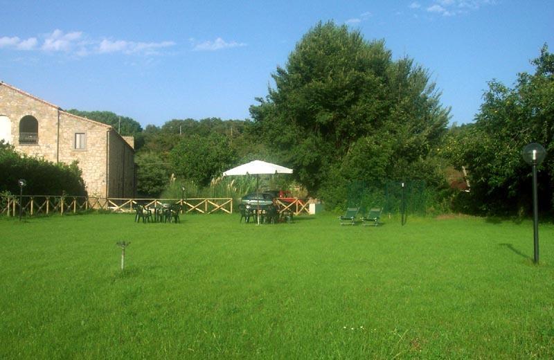 Il giardino adiacente il Casale