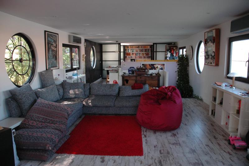 Il modernista, grande soggiorno con ampie finestre su tutti i lati