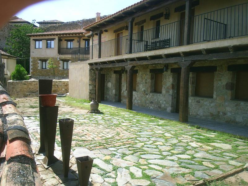 Une autre image de la façade et le jardin avec mosaïque de brique et de Pierre.