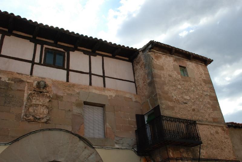 Maison où naquit Juan Bravo. Son père était gardien de la forteresse et l'atteste de l'écusson.