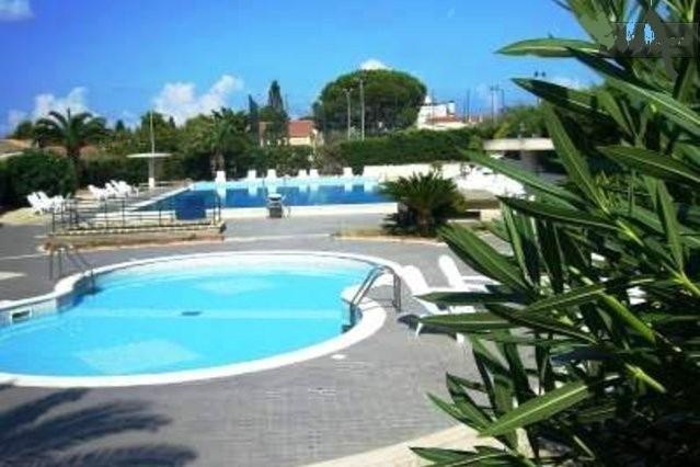 Grande piscina com piscina pequena para crianças alojado e equipado