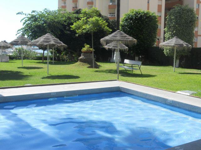 Zona para tomar el sol y piscina para niños