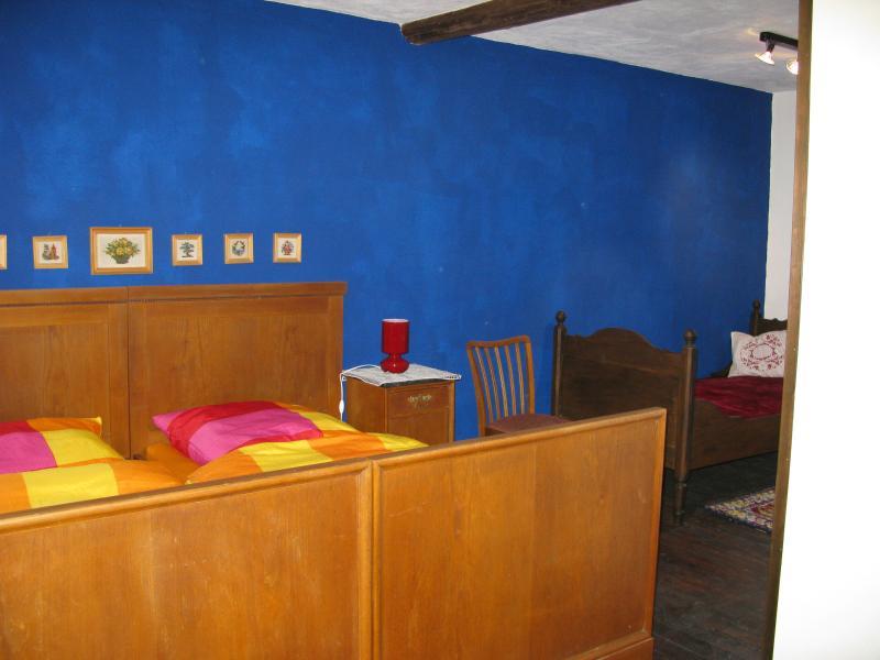 Schlafzimmer 1. OG mit 3 Betten davon 1 Doppelbett