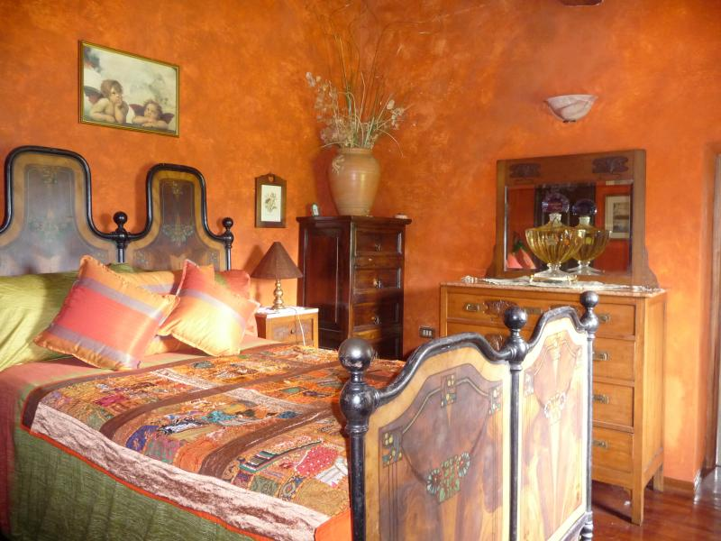 Second bedroom with ensuite bathroom furnished with local antique Lunigiana furnishings
