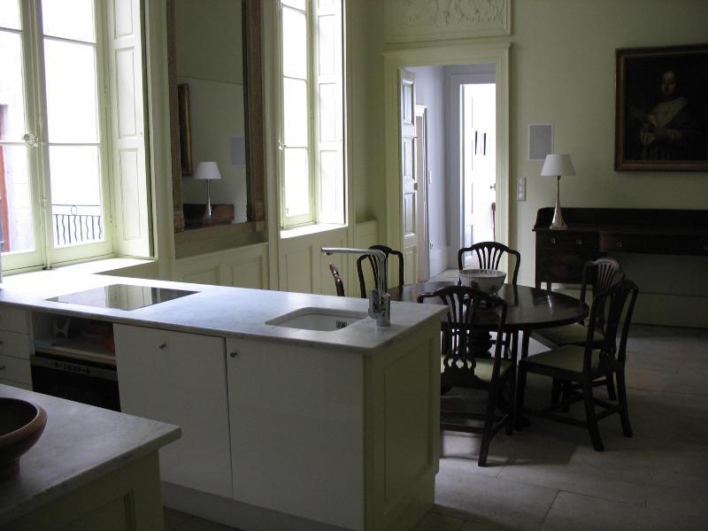 Volledig ingerichte keuken met alle moderne gemakken op zoek naar eetkamer